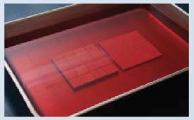 赤く染まったパネルの写真