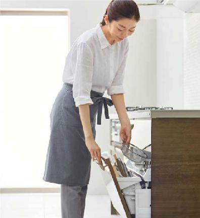 女性がキッチンを開く時の様子