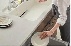 お皿を食洗機に入れる様子