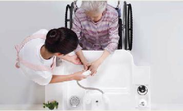手を洗う介助者と高齢者