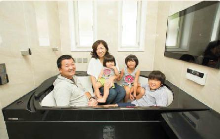 家族でお風呂に入っている写真