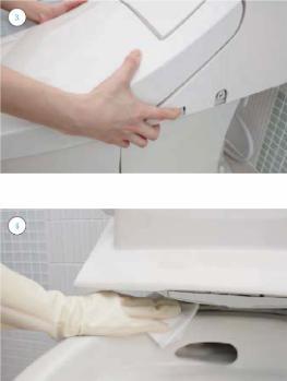便器とシャワートイレの隙間掃除中