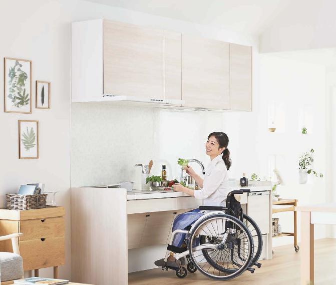 車椅子で料理をしている様子