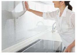キッチンパネルを拭いている写真