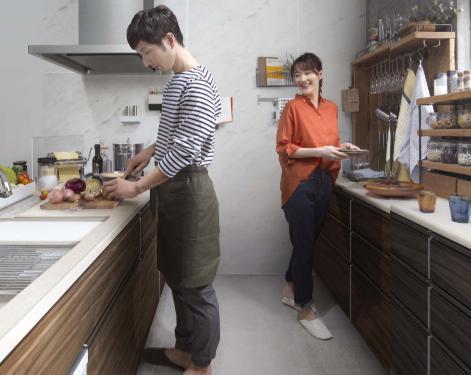 夫婦でキッチンに立っている様子1