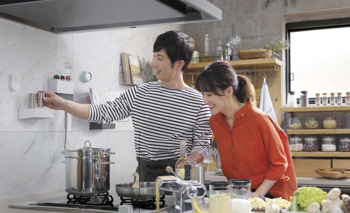 夫婦でキッチンに立っている様子2